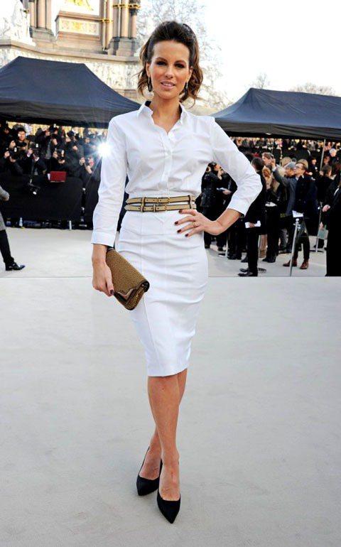 凱特貝琴薩穿著BURBERRY襯衫式窄裙洋裝搭上卡其色的細皮帶與相近色系的手拿包...