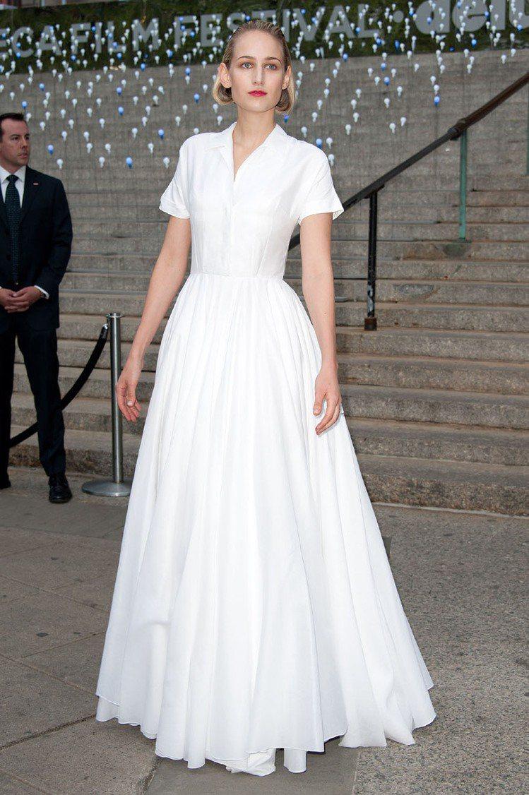 Jil Sander的襯衫長裙充份展現Leelee Sobieski的特殊氣質。...