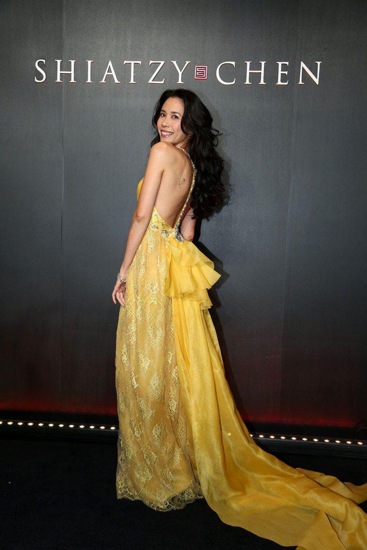 莫文蔚出席夏姿北京晚宴,一襲黃色露背禮服優雅浪漫。圖/夏姿提供