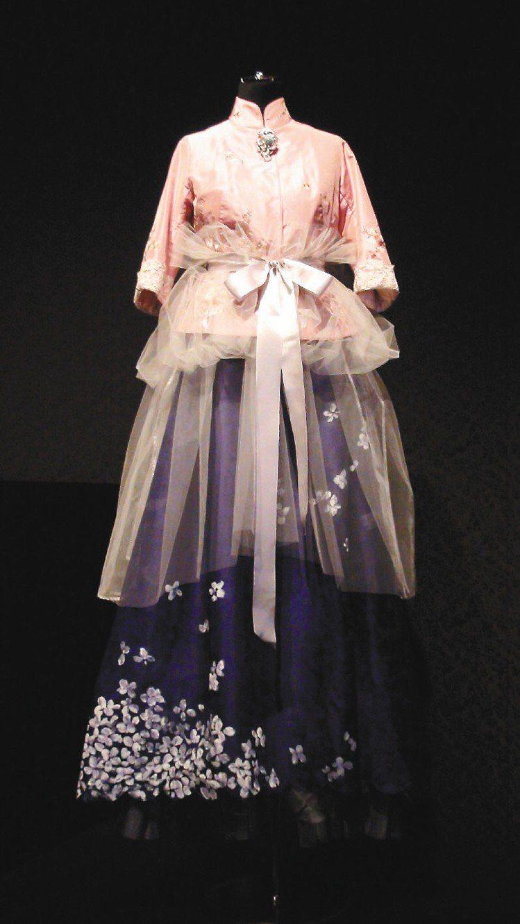 夏姿35周年展覽,融合東西方服裝文化。記者王惠琳/攝影