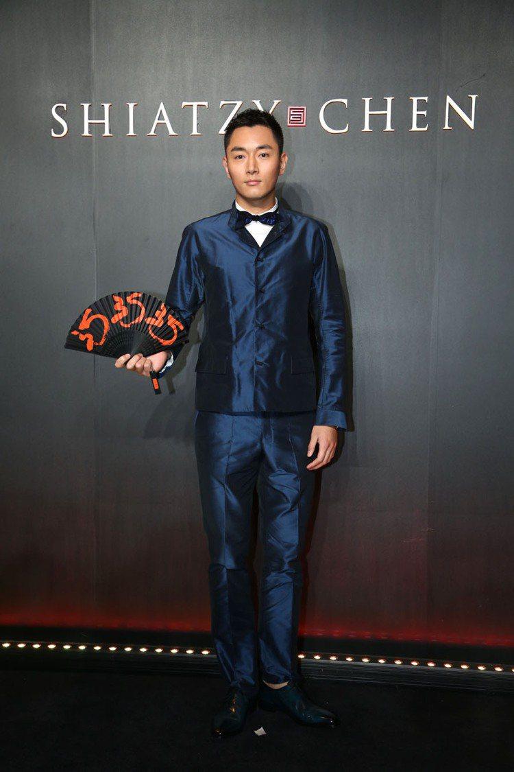 李東學穿夏姿2013春夏寶藍色西裝,扣子改以中式繩結扣。 圖/夏姿提供