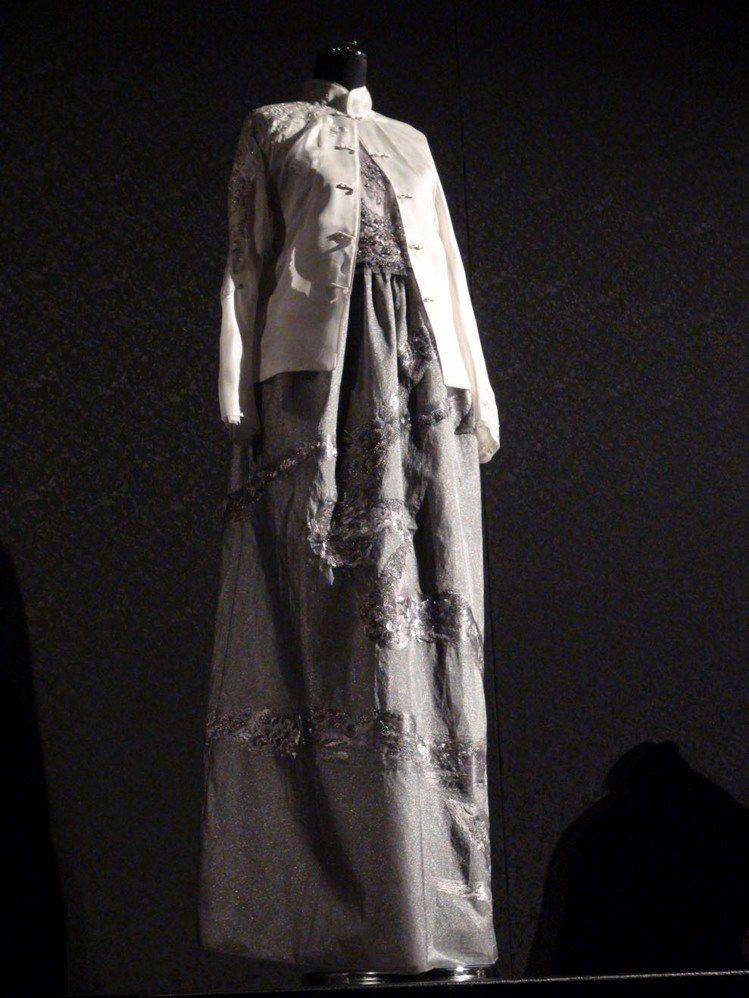 夏姿挑選35套禮服,為求創新,將原本兩層式旗袍抽去內裡,表現洋裝細節。記者王惠琳...