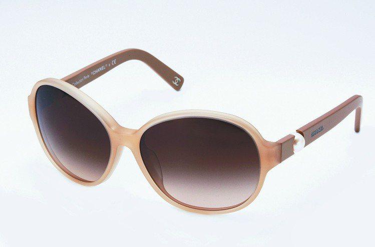 香奈兒焦糖色珍珠鏡腳太陽眼鏡,19,200元。圖/CHANEL提供