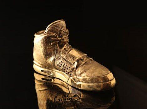 美國歌手肯伊威斯特為Nike設計鞋款,球鞋還未上市反倒先推模型。 圖/摘自fro...