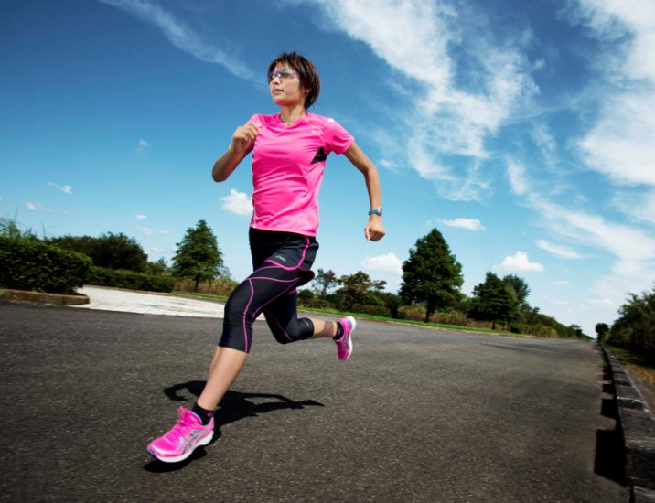 Asics仲夏慢跑系列本季女裝加入防紫外線機能。圖/Asics提供