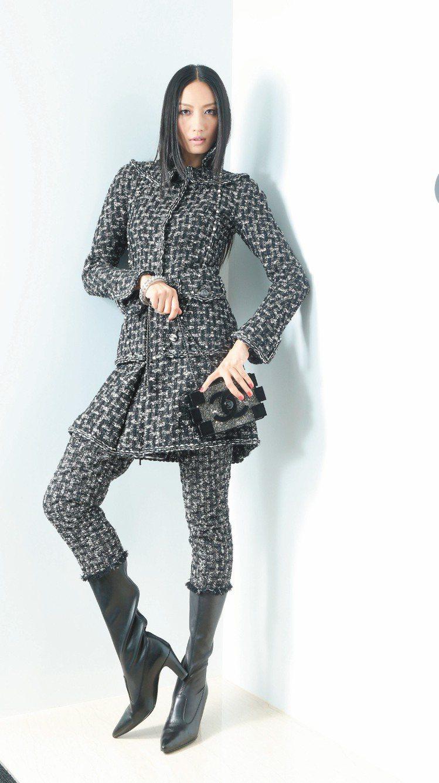 香奈兒的「褲型靴」,看似長褲,其實是過膝長靴。黑色軟呢外套26萬4,900元、軟...