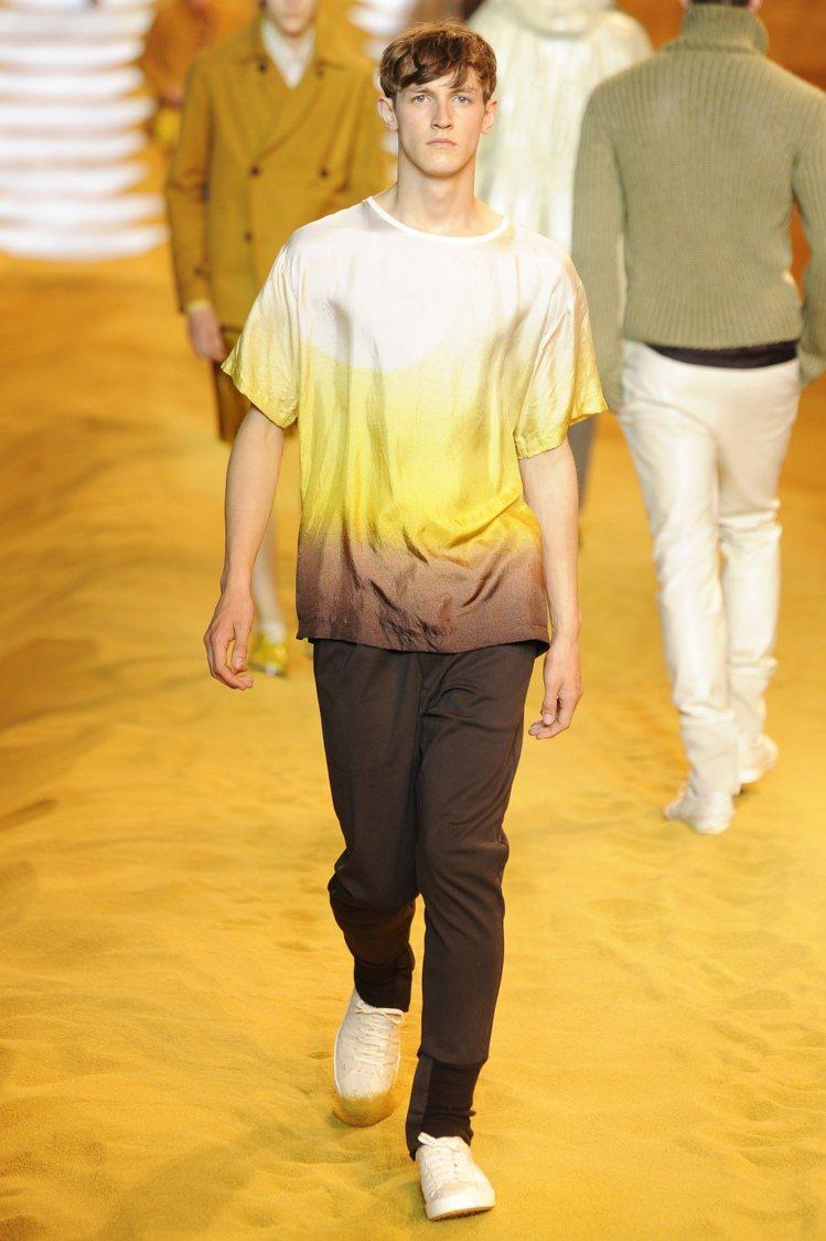 同樣愛「玩色」的FENDI男裝,以色彩濃豔的豔黃、磚紅、湛藍和葡萄紫詮釋青春時尚...