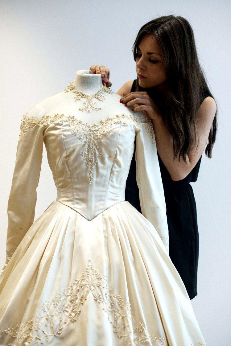 近日在倫敦佳仕德拍賣會上,玉婆步入第一次婚姻時所穿的婚紗以12萬多英鎊成交,比專...