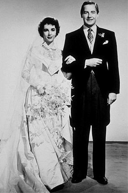 拍賣會賣出的白色長袖緞面婚紗設計靈感來自她在電影《岳父大人 》中穿的禮服。圖/擷...