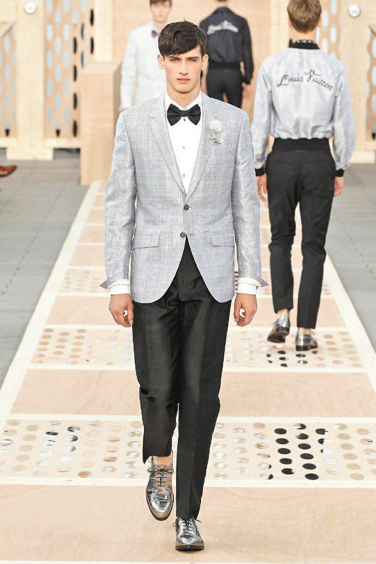 誇張酷炫的銀色尖頭鞋,是LV本季主打配件。圖/LV提供