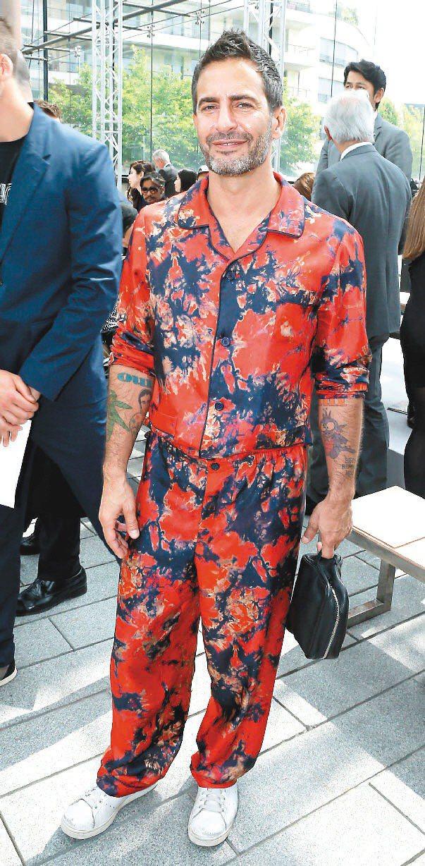 LV藝術總監Marc Jacobs穿LV男裝,紅花睡衣十分搶眼。圖/LV提供