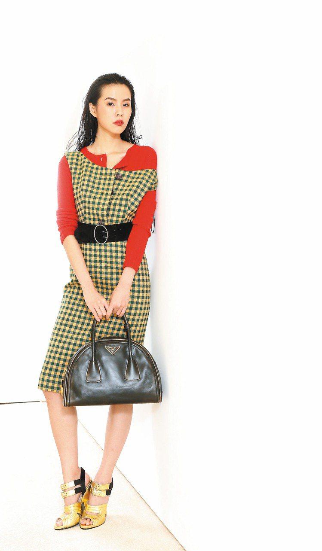 PRADA秋冬格紋洋裝65,000元、內搭針織衫22,000元、鞋款34,000...
