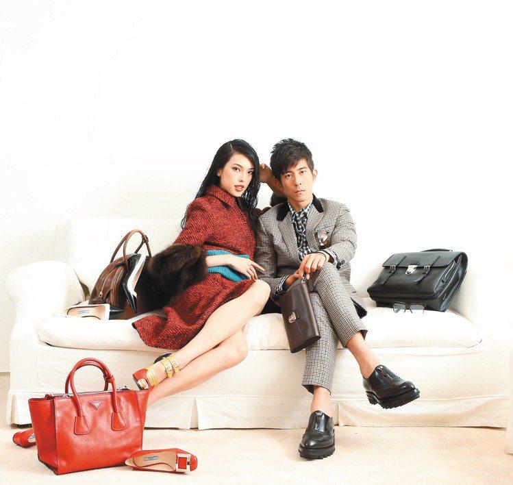 王思偉(左)穿PRADA秋冬紅色毛料外套176,000元、毛料裙34,500元、...