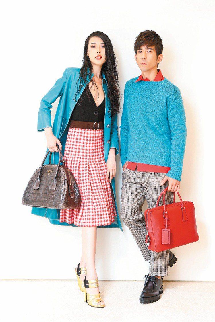 王思偉(左)穿PRADA秋冬藍色皮革外套393,500元、內搭針織衫22,000...