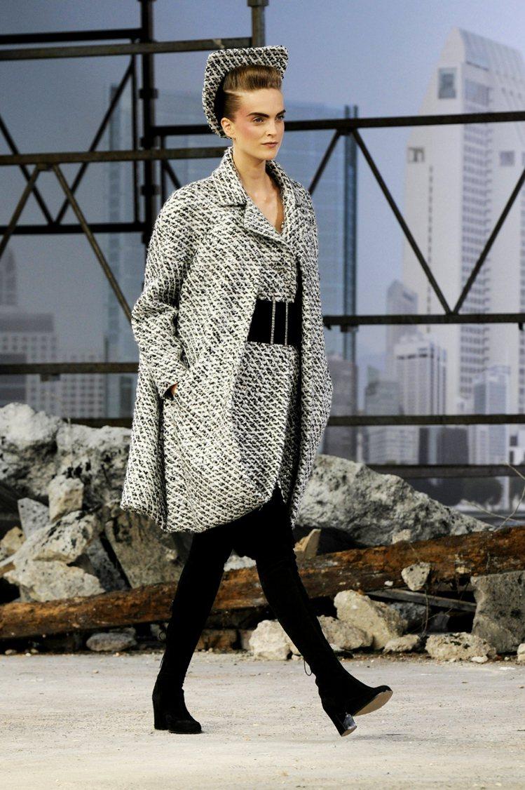 帥氣的斜紋軟呢套裝,實穿又時尚。圖/CHANEL提供