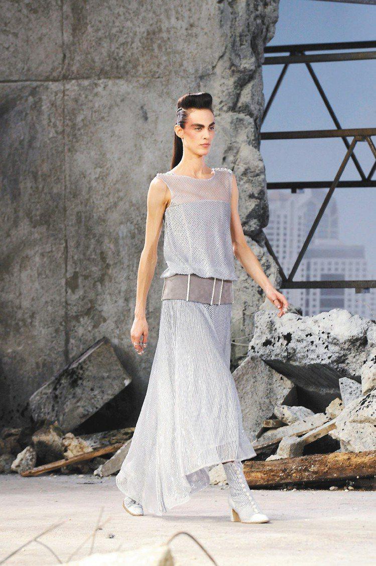 低腰的雪紡禮服,以線條勾勒時尚。圖/CHANEL提供
