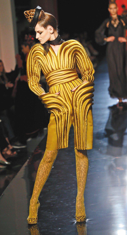 如卡通般的粗條紋設計讓Jean Paul Gaultier高級訂製服的奢華設計中...