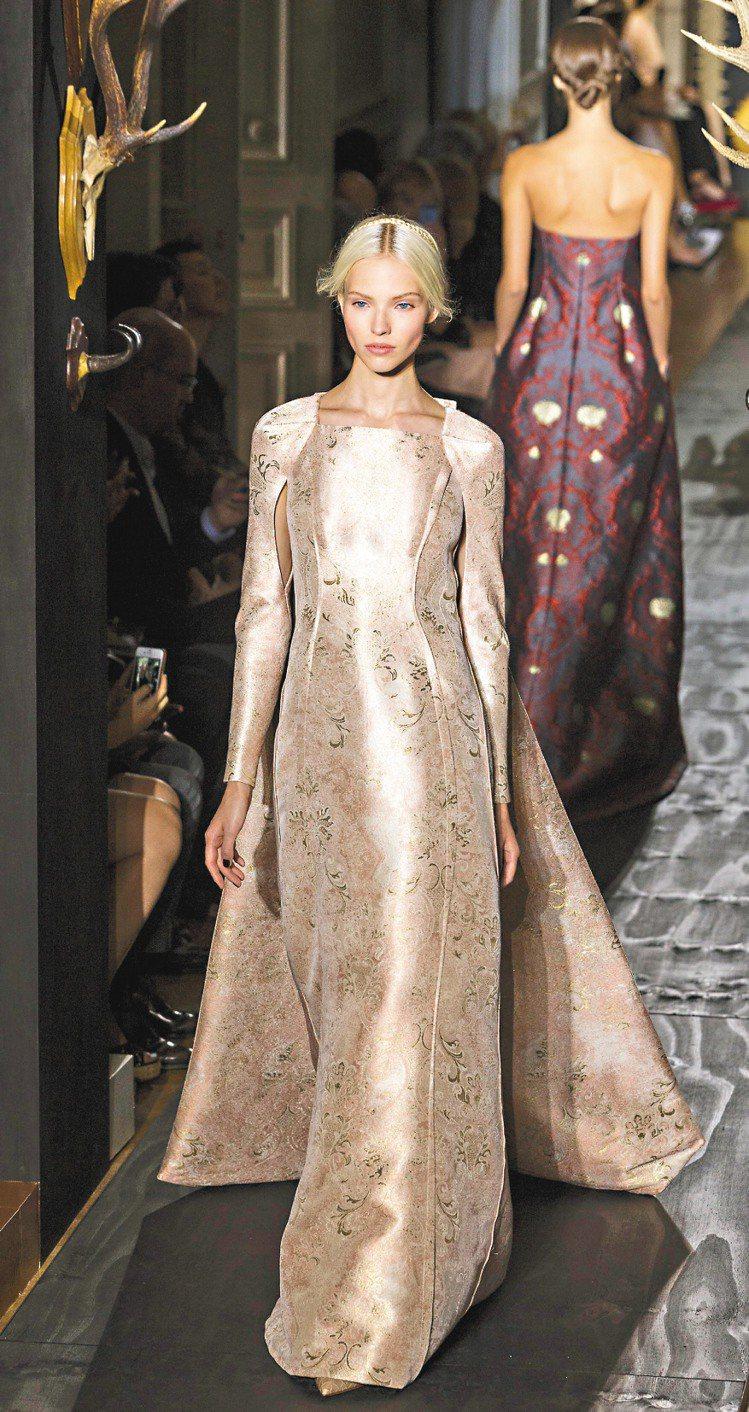 Valentino不改華麗風格,簡約剪裁在金色衣料加持下,依舊奢華十足。圖/美聯...