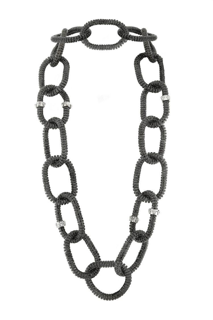VERSACE高級珠寶今年滿20年,充滿龐克重金屬的個性美。圖/VERSACE提...