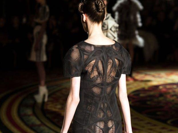 3D列印技術所製做出來的塑料禮服不像一般布類材質需要面臨垂墜感的問題。圖/she...