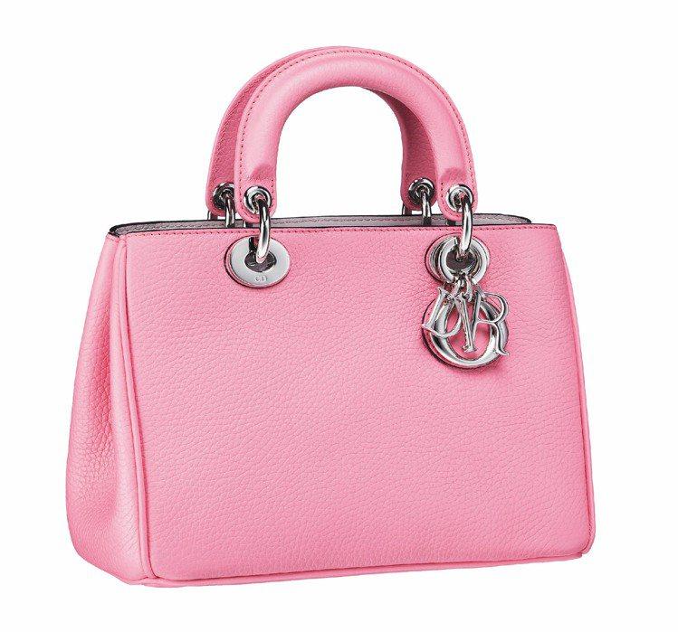 Dior Mini Diorissimo玫瑰粉手提包,10萬元。圖/Dior提供