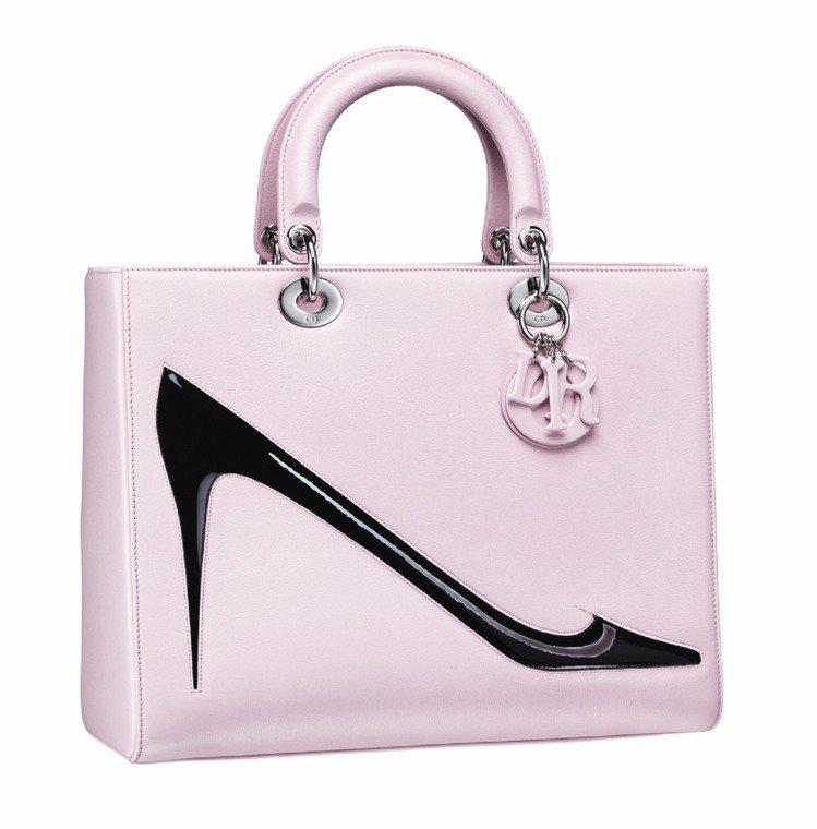 Lady Dior 淡粉色飾以安迪沃荷繪圖手提包,25萬元。圖/Dior提供