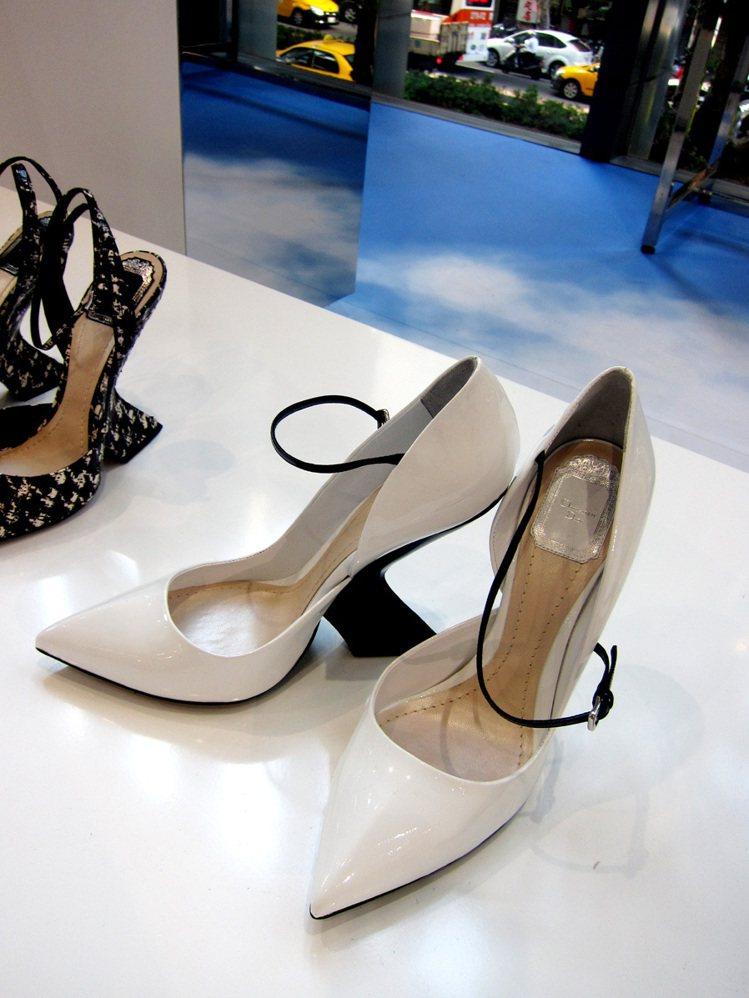 名模李曉涵說,Dior此次這種「向內凹」的鞋跟穿起來很好走,和一般的高跟鞋沒什麼...