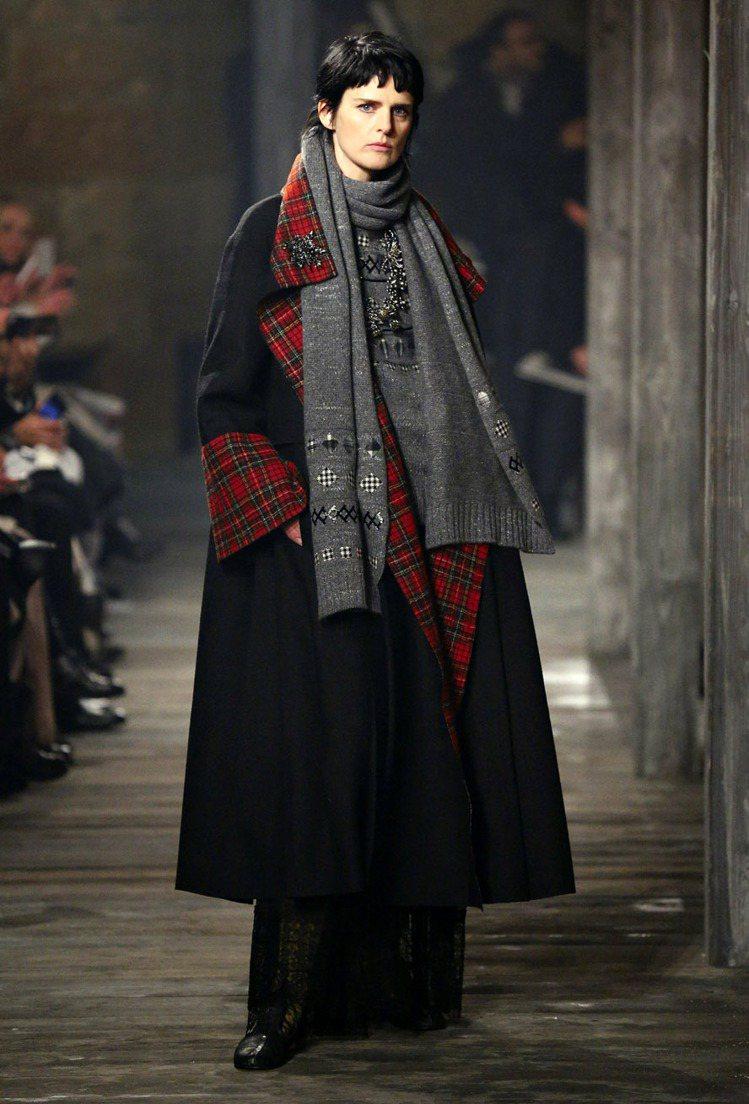 香奈兒早秋的大外套,充滿貴氣。圖/CHANEL提供