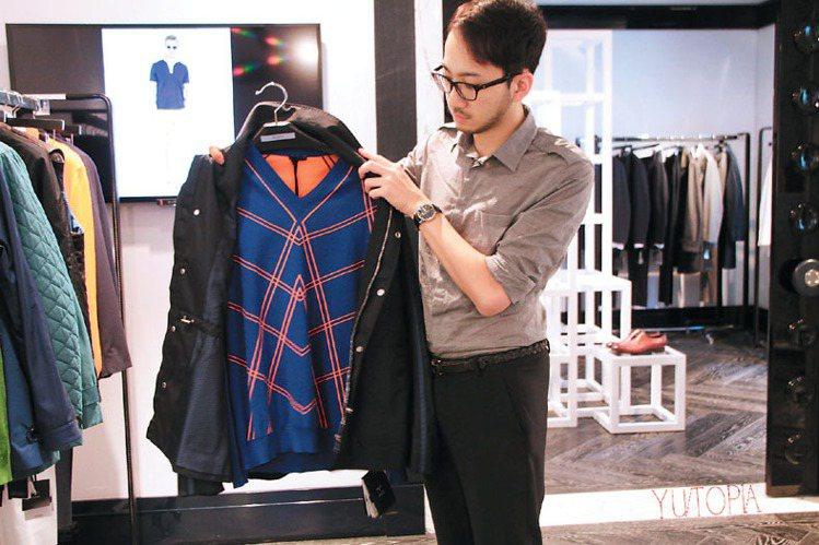義大利服飾Larusmiani首位台灣籍設計師王品傑拿起花紋設計特殊的針織衫說,...
