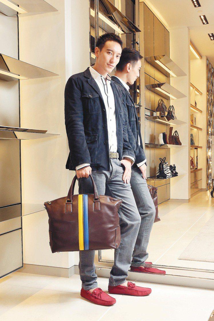 王陽明穿TOD'S麂皮外套10萬2,000元、Double Stripe購物袋6...
