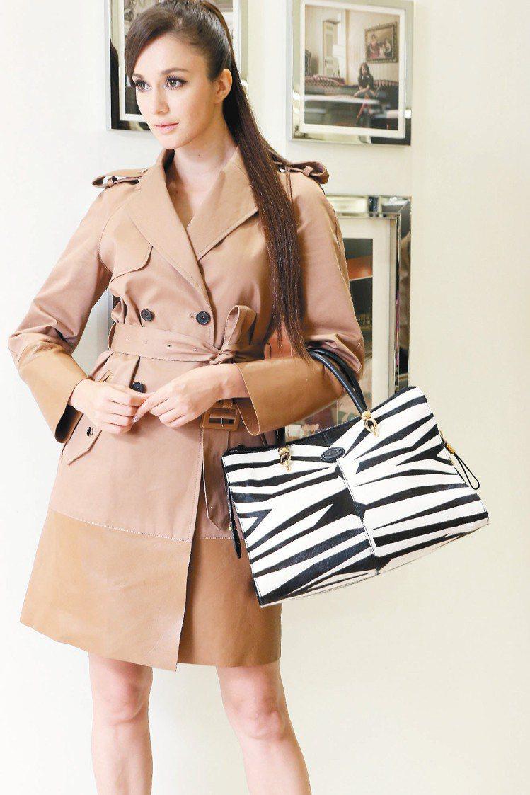 瑞莎穿TOD'S羊皮拼接風衣10萬8,000元、Sella馬毛斑馬紋提包88,0...