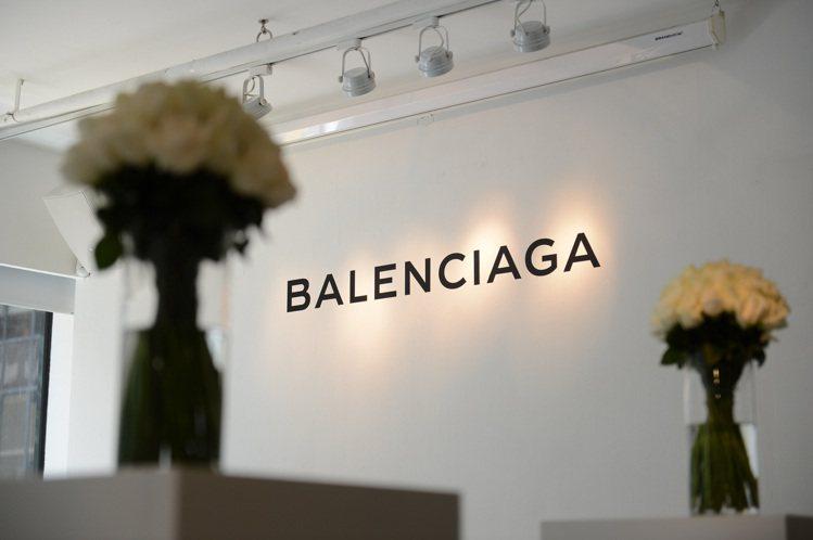 Balenciaga 日前在香港舉辦2013秋冬系列發表,簡約具結構性的女裝設計...
