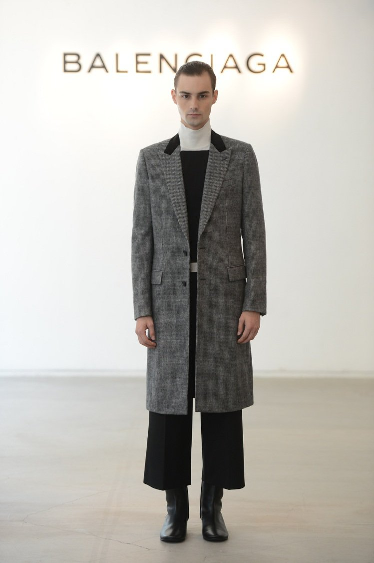 男裝也沒脫離對比間的美感,透過混搭異材質與觸感,創造層次,大衣與寬管褲在縫線上的...