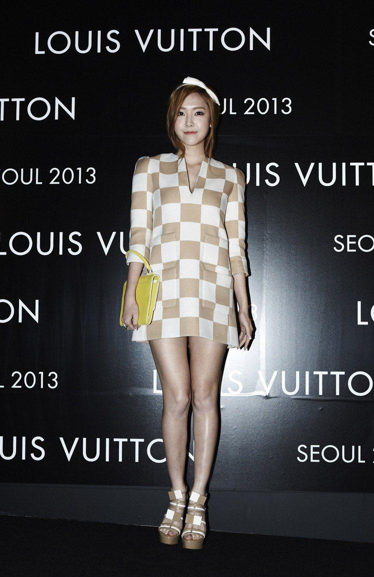少女時代的Jessica穿LV春夏棋盤格洋裝。圖/LV提供