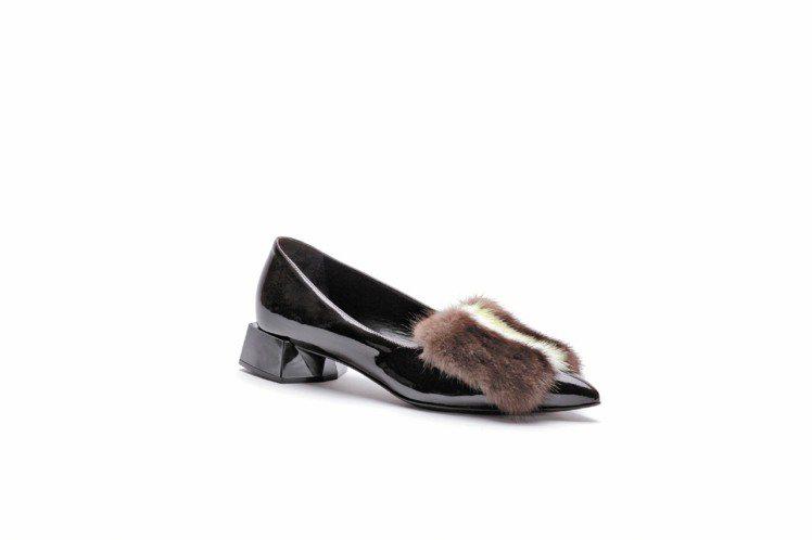 FENDI皮草亮皮鑽石跟平底鞋。圖/FENDI提供