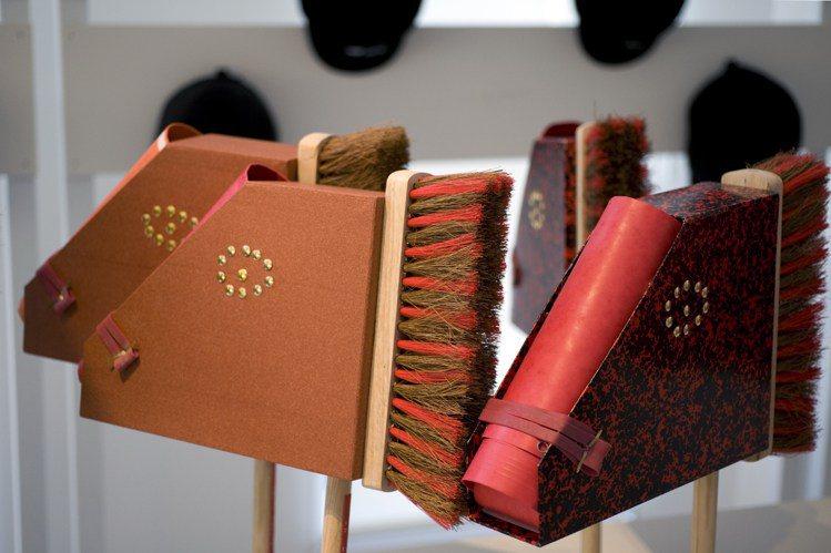 毛刷製成的木馬,就是馬術競技的道具。圖/Vincent Lappartient攝...