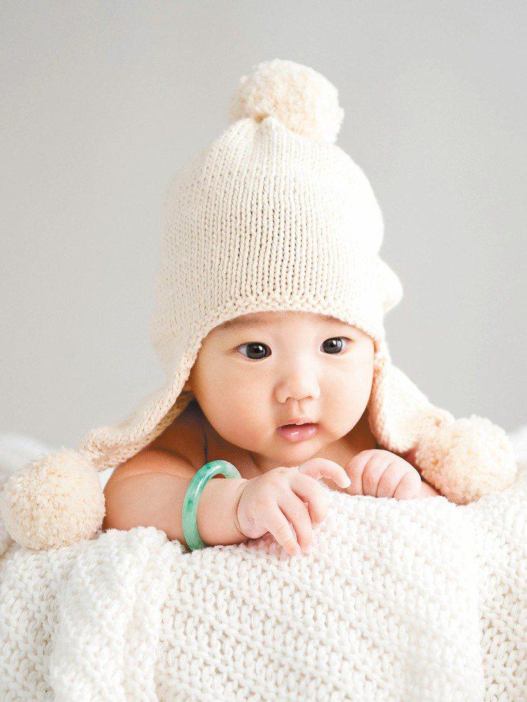 BABY J系列迷你翡翠小鐲,送給寶寶平安富貴的祝福。圖/JADEGIA玉世家提...