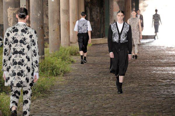 本季的Alexander McQueen男裝發表秀,選在倫敦國王十字火車站旁的廢...