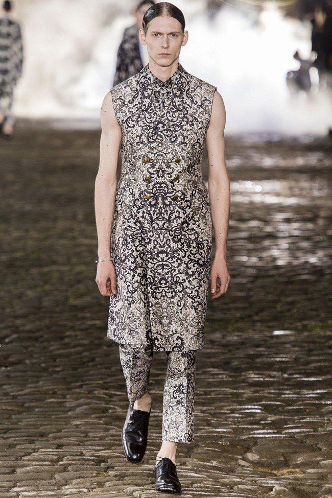 整個Alexander McQueen2014春夏男裝系列帶著上個世紀的貴族風格...