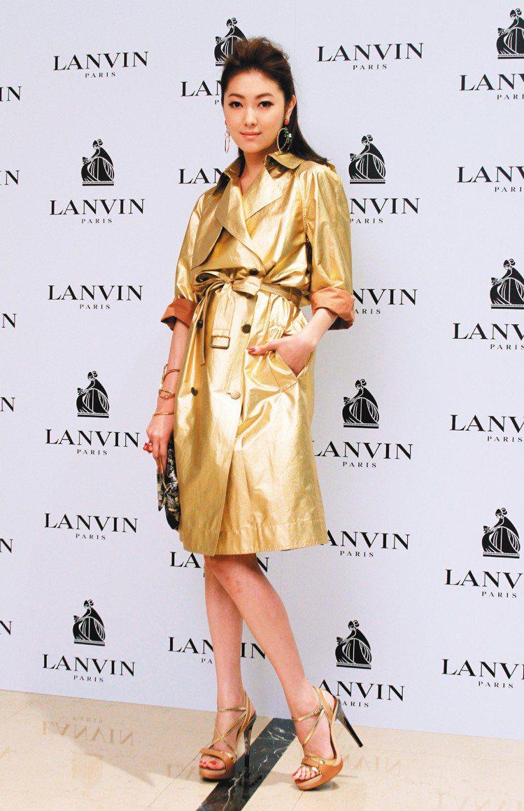 王凱蒂穿LANVIN金色風衣,閃亮耀眼。記者陳柏亨/攝影