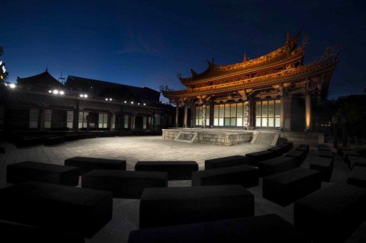 台灣服裝設計師葉珈伶睽違五年再度推出全新作品,選在台北孔廟舉辦了一場融合古今時尚...