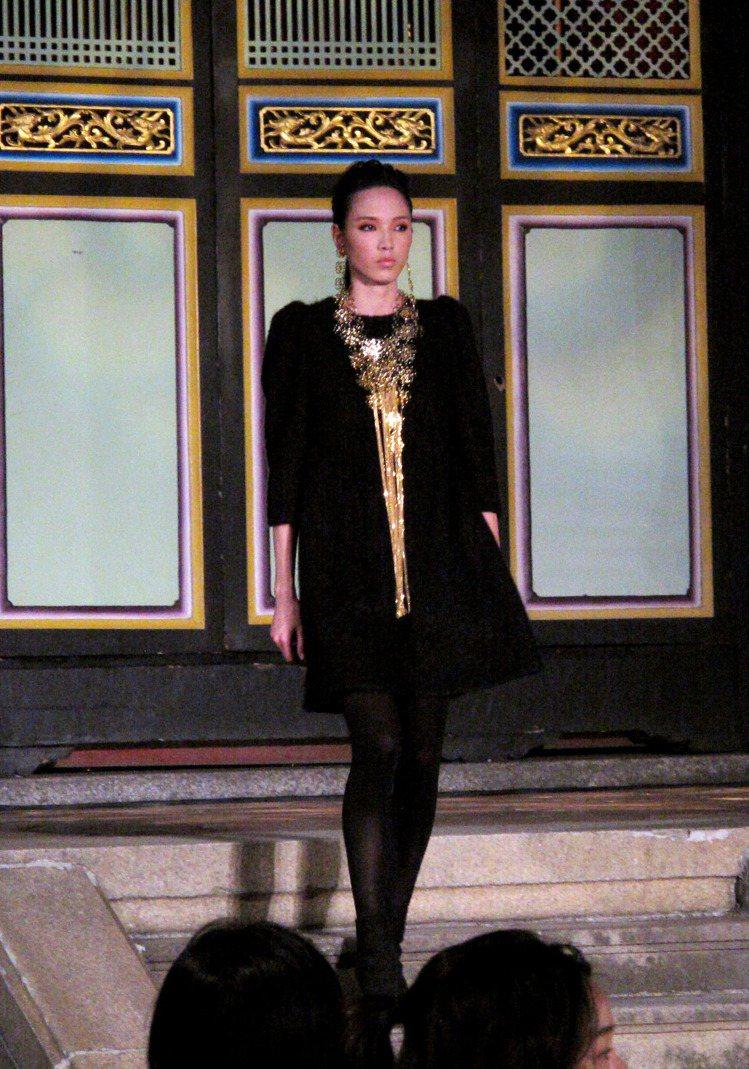 金幣、金色流蘇等耀眼元素是暗色系服裝最佳配件。記者吳曉涵/攝影