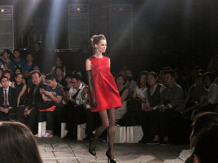紅色削肩洋裝俏皮可愛。記者吳曉涵/攝影