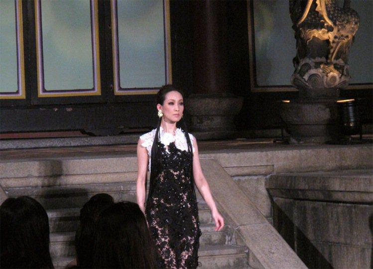 古典美的李曉涵穿上鏤空雕花禮服更加美豔迷人。記者吳曉涵/攝影