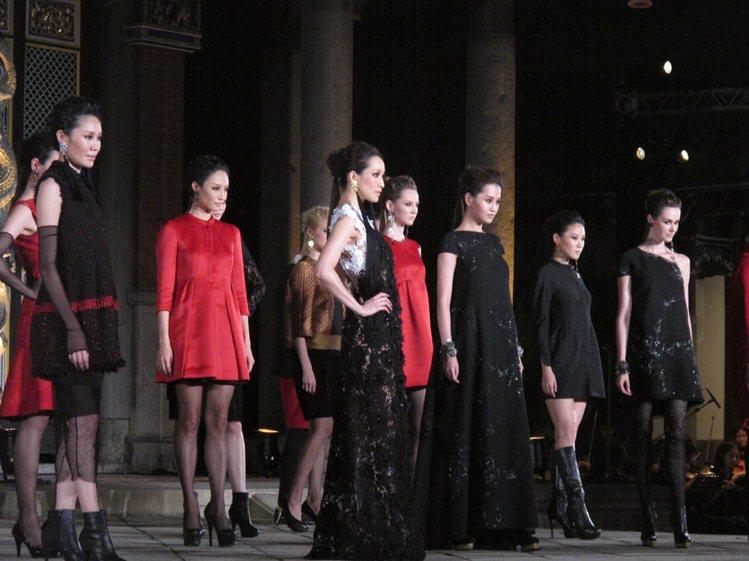 在孔廟大成殿輝煌氣度襯托下,葉珈伶2013秋冬服裝秀化做一場古味十足的時尚大戲。...