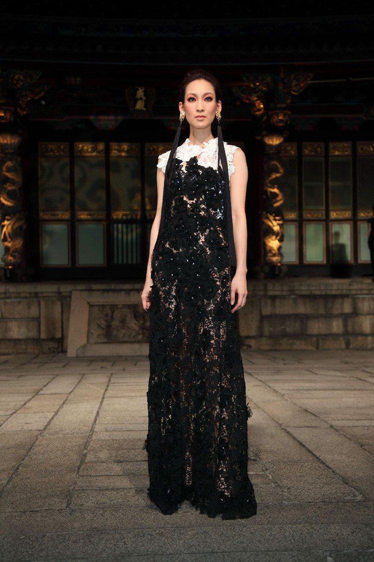 古典美的李曉涵穿上鏤空雕花禮服更加美豔迷人。圖/樺舍提供
