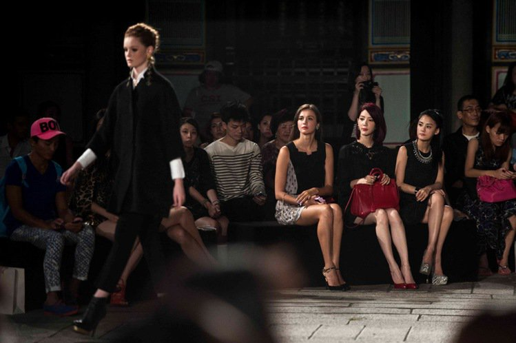 台下貴賓們聚精會神地欣賞這場美麗的時尚盛典。圖/樺舍提供