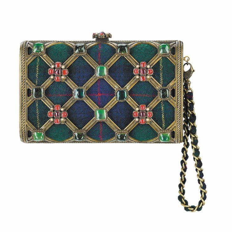 多彩琺瑯鑲嵌手拿包,541,500元。圖/CHANEL提供
