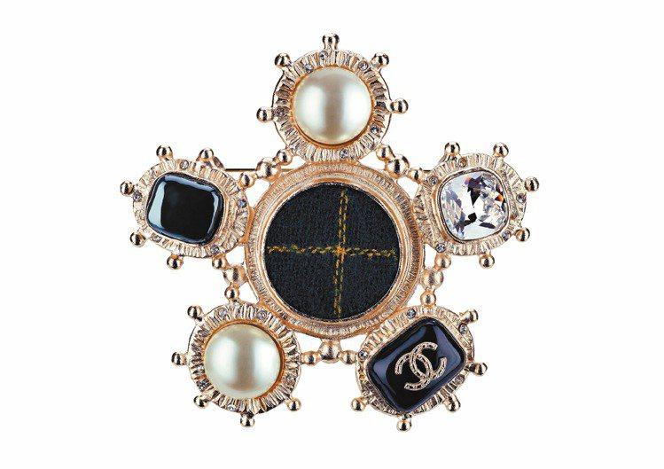 綠色蘇格蘭格紋珍珠胸針,14,900元。圖/CHANEL提供