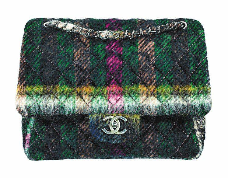 多彩馬海毛菱格紋包,107,500元。圖/CHANEL提供